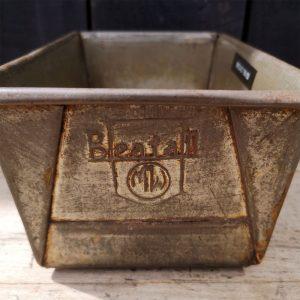 Vintage-Bread-Tin-Closeup